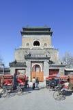Il campanile famoso di Pechino, con i risciò parcheggiati, la Cina immagini stock
