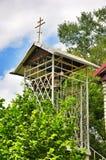Il campanile in parrocchia ortodossa del san Nicholas Church nel villaggio di Saratovskaya fotografie stock libere da diritti
