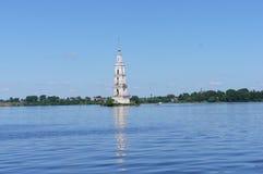 Il campanile sommerso della chiesa ortodossa in Kalyazin, regione di Tver', vista dall'argine fotografie stock