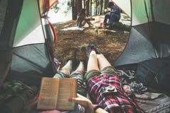 Il campeggio degli amici si rilassa il concetto di fine settimana di vacanza immagine stock