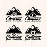 Il campeggio estivo badges il logos e le etichette per tutto l'uso, su struttura di legno del fondo illustrazione di stock