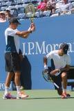 Il campione Mike Bryan del Grande Slam durante i doppi 2014 di semifinale di US Open abbina a Billie Jean King National Tennis Ce Fotografie Stock
