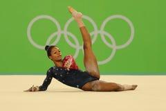 Il campione olimpico Gabby Douglas degli Stati Uniti fa concorrenza sull'esercizio di pavimento durante la qualificazione complet Immagini Stock