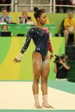 Il campione olimpico Gabby Douglas degli Stati Uniti fa concorrenza sull'esercizio di pavimento durante la qualificazione complet Fotografia Stock
