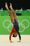 Il campione olimpico Gabby Douglas degli Stati Uniti fa concorrenza sull'esercizio di pavimento durante la qualificazione complet Immagini Stock Libere da Diritti