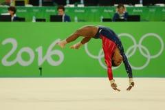 Il campione olimpico Gabby Douglas degli Stati Uniti fa concorrenza sull'esercizio di pavimento durante la qualificazione complet Fotografie Stock