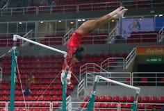 Il campione olimpico Gabby Douglas degli Stati Uniti pratica sulle barre irregolari prima della ginnastica completa del ` s delle Immagini Stock