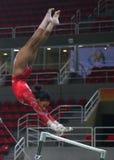 Il campione olimpico Gabby Douglas degli Stati Uniti pratica sulle barre irregolari prima della ginnastica completa del ` s delle Immagine Stock