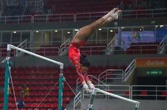Il campione olimpico Gabby Douglas degli Stati Uniti pratica sulle barre irregolari prima della ginnastica completa del ` s delle Fotografia Stock
