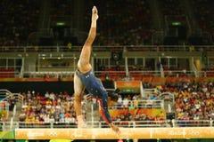 Il campione olimpico Gabby Douglas di U.S.A. fa concorrenza sul fascio di equilibrio alla qualificazione completa della ginnastic Fotografia Stock Libera da Diritti