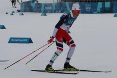 Il campione olimpico Johannes Hoesflot Klaebo della Norvegia fa concorrenza all'inizio di massa nel ` s 15km + 15km Skiathlon deg Fotografie Stock Libere da Diritti