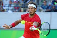 Il campione olimpico Rafael Nadal della Spagna nell'azione durante il ` s degli uomini sceglie il semifinale di Rio 2016 giochi o Immagine Stock