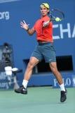 Il campione Rafael Nadal del Grande Slam di dodici volte pratica per l'US Open 2013 ad Arthur Ashe Stadium Fotografia Stock Libera da Diritti