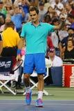 Il campione Roger Federer del Grande Slam celebra la vittoria dopo terzo la partita del giro all'US Open 2014 contro Marcel Grano fotografia stock