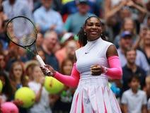 Il campione Serena Williams del Grande Slam degli Stati Uniti celebra la vittoria dopo che la sua partita rotonda tre all'US Open immagini stock libere da diritti