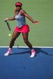 Il campione Serena Williams del Grande Slam durante i doppi di quarto di finale abbina all'US Open 2014 Immagine Stock