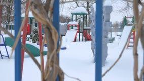 Il campo da gioco per bambini in forte nevicata archivi video