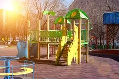 Il campo da gioco per bambini nel cortile di una costruzione a pi? piani le oscillazioni variopinte e gli scorrevoli sono install fotografia stock