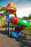 Il campo da gioco per bambini piccoli sveglio nel parco Immagini Stock