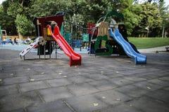 Il campo da gioco per bambini variopinto con gli scorrevoli, le oscillazioni ed altri oggetti immagini stock libere da diritti