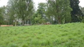 Il campo da gioco per bambini vuoto un giorno di primavera 2 fotografia stock