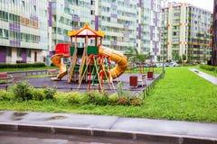 Il campo da giuoco variopinto dei hildren del  di Ñ per i bambini in nuovo distretto con il mA Fotografia Stock Libera da Diritti