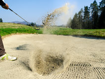 Il campo da golf è sulla sabbia La fabbricazione della sabbia spruzza immagine stock libera da diritti