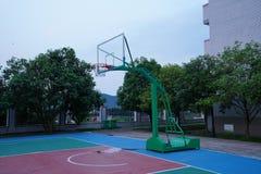 Il campo da pallacanestro è vuoto alla notte fotografia stock