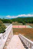 Il campo da tennis privato alla villa dal mare, Montenegro, annuncio Fotografie Stock Libere da Diritti