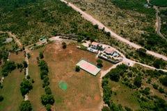 Il campo da tennis privato alla villa dal mare, Montenegro, annuncio Immagine Stock