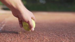 Il campo da tennis si trova sul campo in argilla archivi video