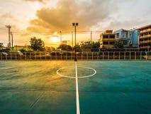 Il campo di calcio è urbano con luce solare nel tramonto Fotografia Stock