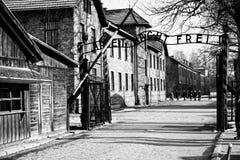 Il campo di concentramento di Auschwitz del tubo principale con il lavoro dell'iscrizione vi rende libero Immagini Stock Libere da Diritti