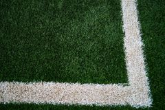 Il campo di football americano artificiale dell'erba verde con un equel ha rispecchiato la L immagine stock libera da diritti