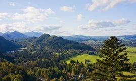Il campo e la montagna modific il terrenoare, la Baviera, Germania Fotografia Stock Libera da Diritti