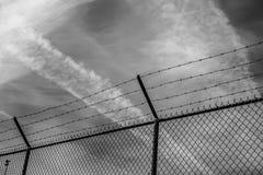 Il campo recinta in bianco e nero Fotografie Stock Libere da Diritti