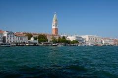 Il canal grande e Campanile di San Marco si elevano a Venezia, Italia Fotografia Stock