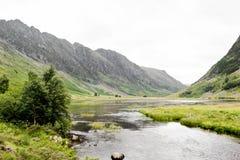 Il canale è circondato dalla grande montagna Fotografia Stock