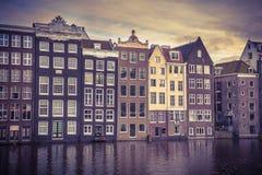 Il canale alloggia sguardo del damrak di Amsterdam il retro Fotografie Stock