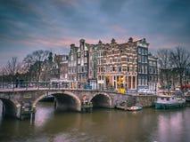 Il canale alloggia sguardo di Amsterdam del tramonto il retro Immagini Stock Libere da Diritti