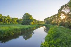 Il canale attraversa un paesaggio rurale alla luce dell'alba Fotografie Stock Libere da Diritti