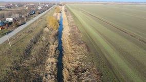 Il canale del livello più basso dell'impianto di irrigazione dei campi Infrastruttura per la coltivazione di riso Immagini Stock