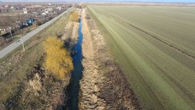 Il canale del livello più basso dell'impianto di irrigazione dei campi Infrastruttura per la coltivazione di riso Fotografia Stock