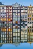 Il canale di Damrak a Amsterdam, Paesi Bassi immagine stock libera da diritti