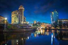 Il canale di Danubio a Vienna alla notte con l'urania e la torre di Uniqa, Vienna, Austria Fotografie Stock