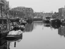 Il canale e le barche a Leida harbor il giorno nuvoloso ma calmo Fotografia Stock Libera da Diritti