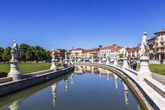 Il canale nel quadrato di Valle di della di Prato con le statue dei cittadini famosi Padova fotografia stock libera da diritti