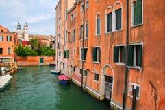 Il canale stretto ha allineato con le case a Venezia, Italia Immagine Stock Libera da Diritti