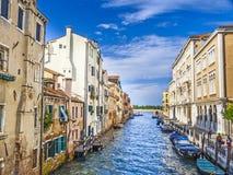 Il canale stretto ha allineato con le costruzioni basse di aumento, la scena iconica i del canale Fotografia Stock