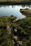 Il canale unisce un fiume nella città Sabile, Lettonia fotografia stock